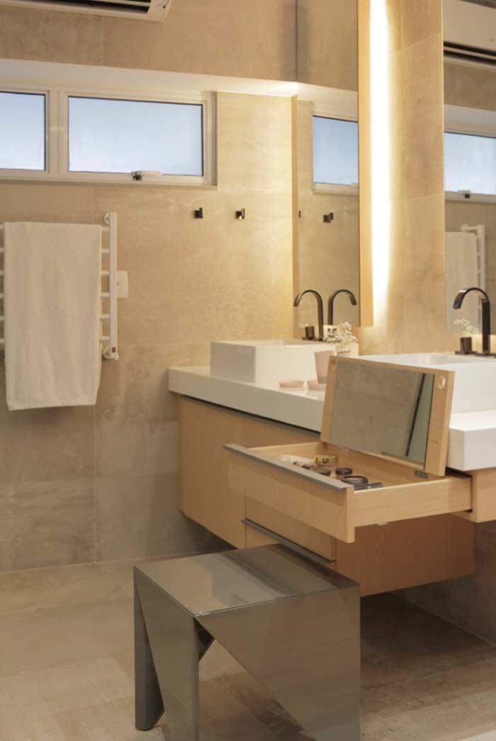 Banheiro com mesmo acabamento nas paredes e no piso