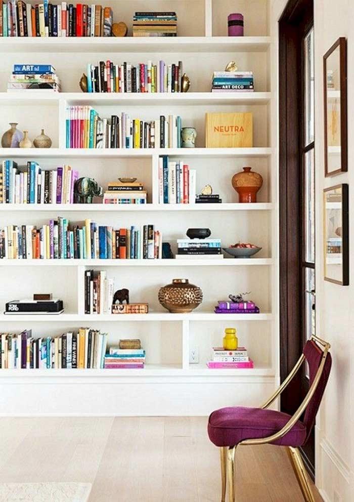 Intercale blocos com livros separados por itens de decoração
