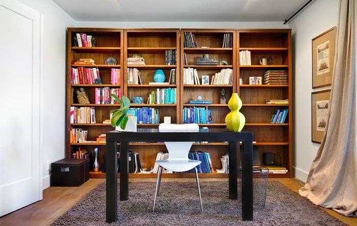 Como organizar livros: 5 formas e 11 inspirações de organização
