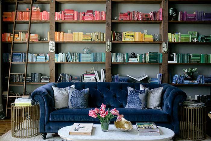 Uma estante montada para decorar o ambiente com livros coloridos