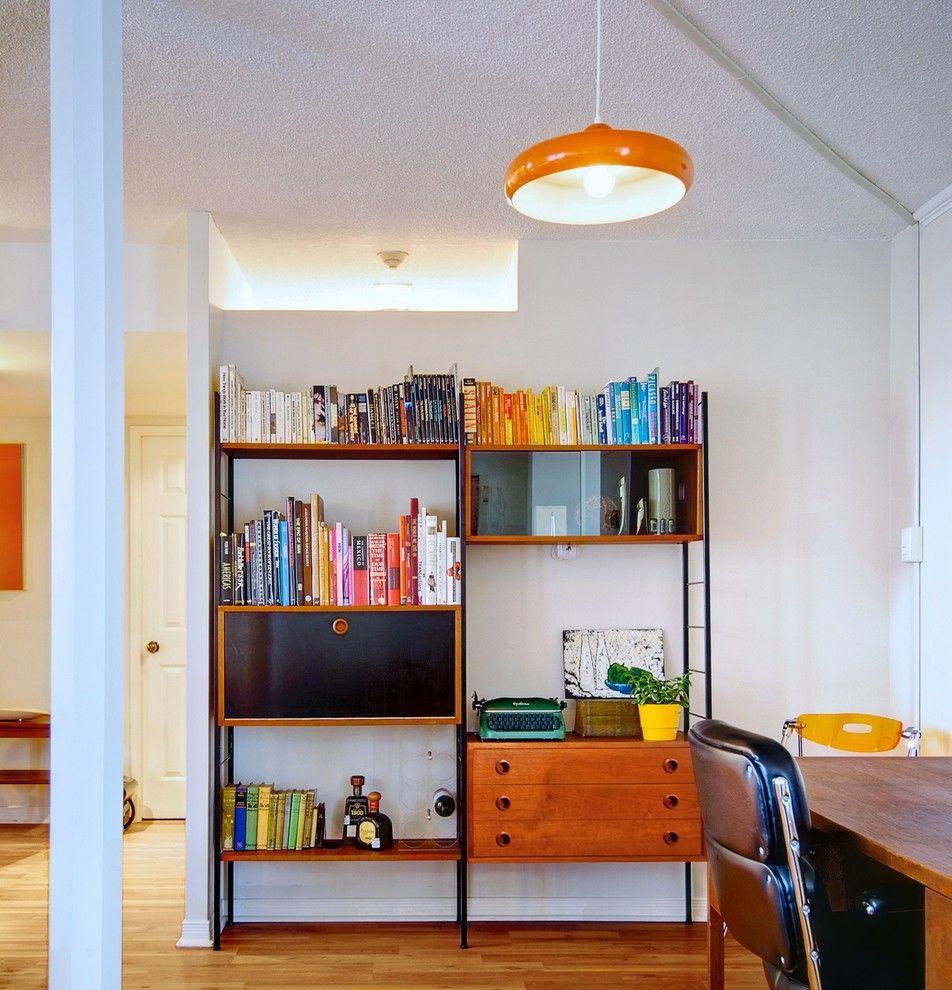 Estante pequena com livros organizados por cor