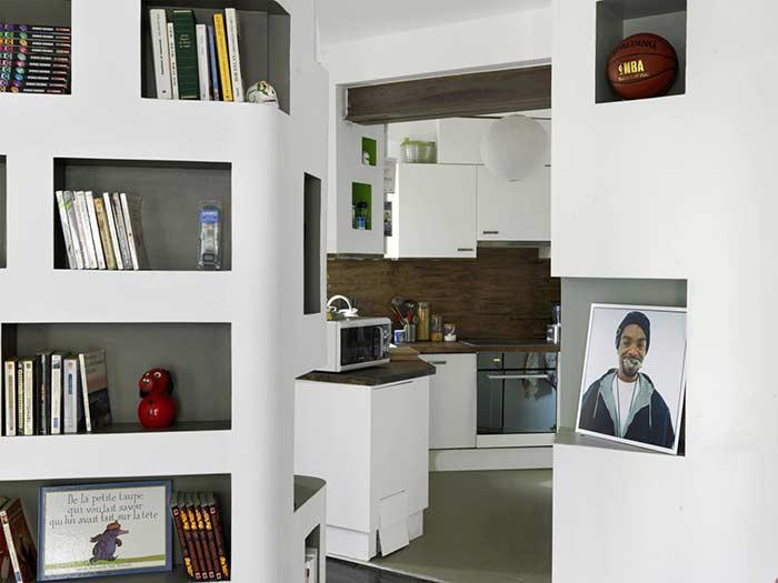 Residência com nichos em drywall: lugar perfeito para posicionar os livros