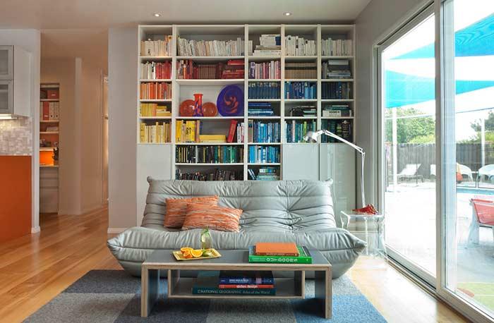 Organização por cores na estante da sala