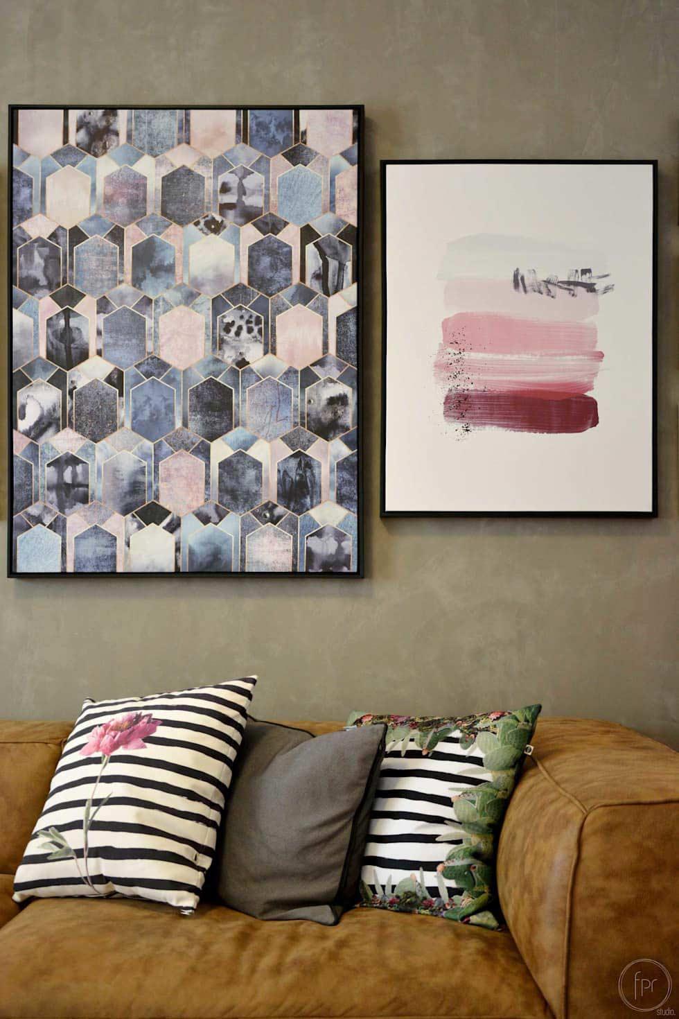 Ambiente feminino e delicado com quadros decorativos