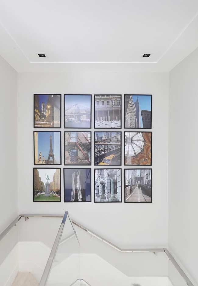 Composição de quadros decorativos na parede da escada