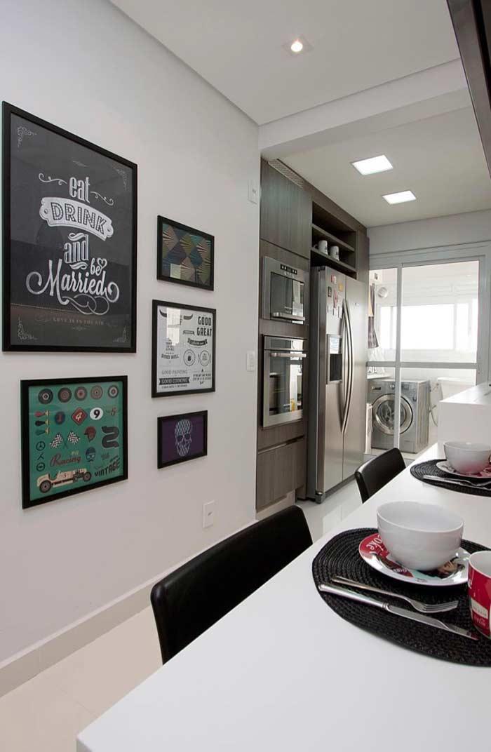 Uma cozinha bonita e divertida com quadros decorativos