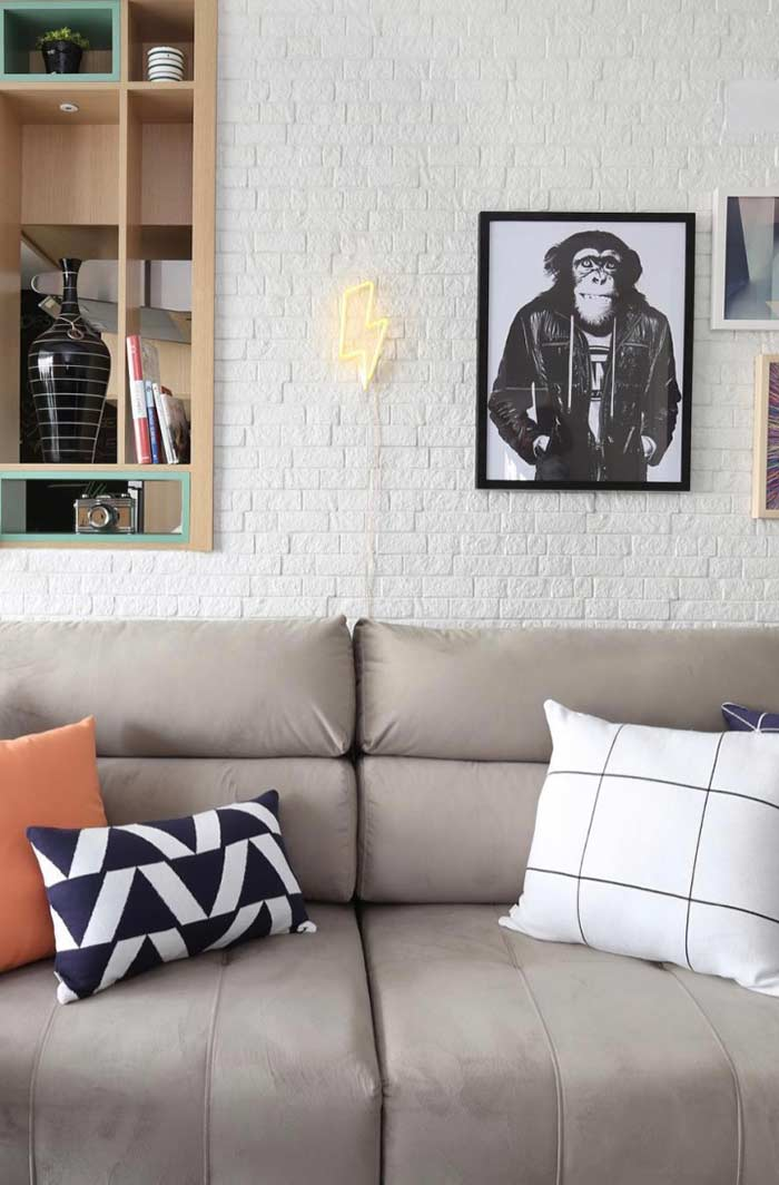 Neon com quadros decorativos para ambiente jovial