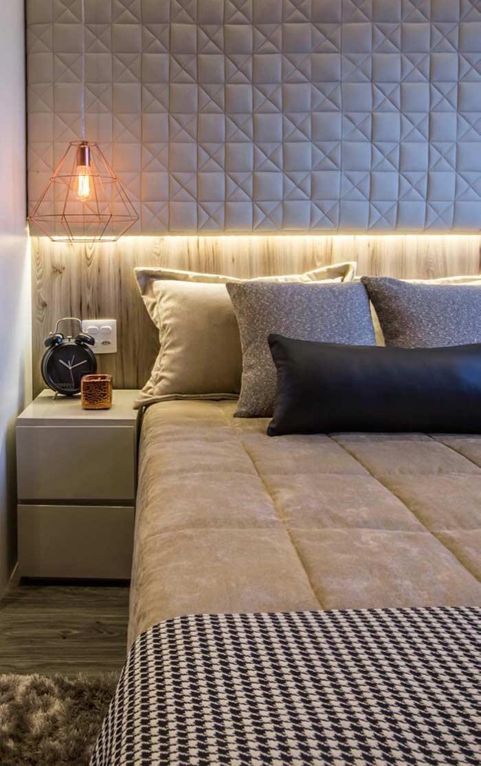 A cabeceira estofada é ideal para um quarto de casal