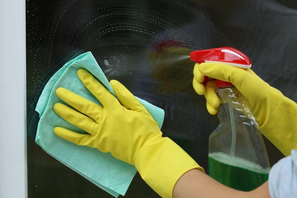 Como limpar vidros: passo-a-passo para para ter vidros perfeitamente limpos