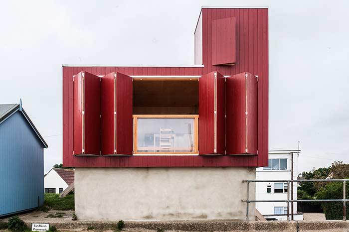 Um toque de cor com a porta camarão na fachada