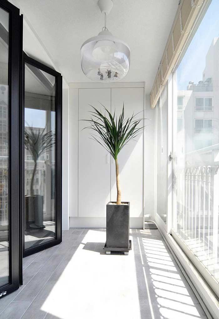 Sacada de apartamento com porta camarão