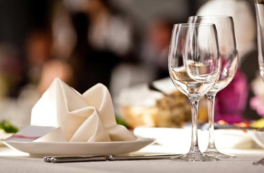 Como arrumar mesa de jantar: 4 formas e 6 dicas para seguir