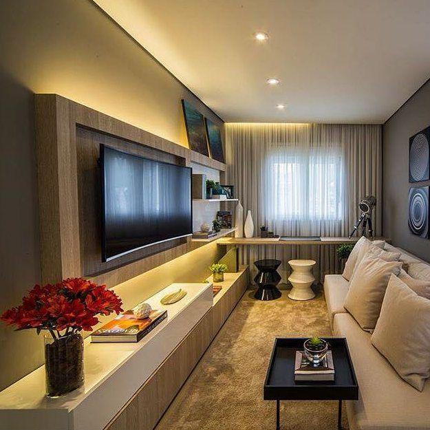 Sala estreita com espaço para escrivaninha