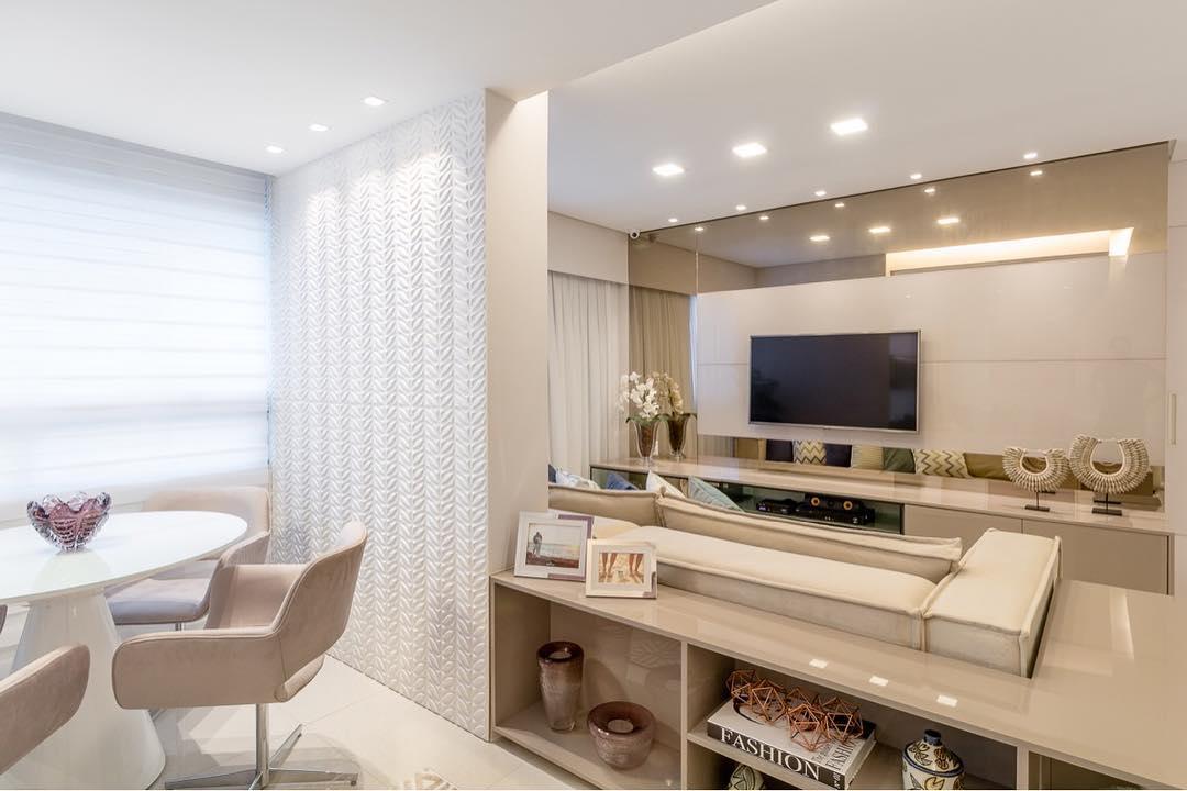 Sala pequena decorada integrada a sala de jantar