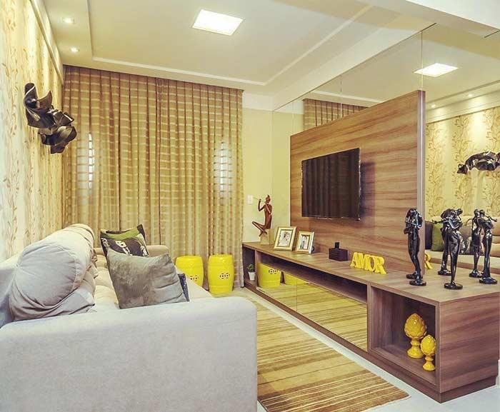 Sala pequena decorada com espelhos para aumentar a sensação de amplitude do ambiente