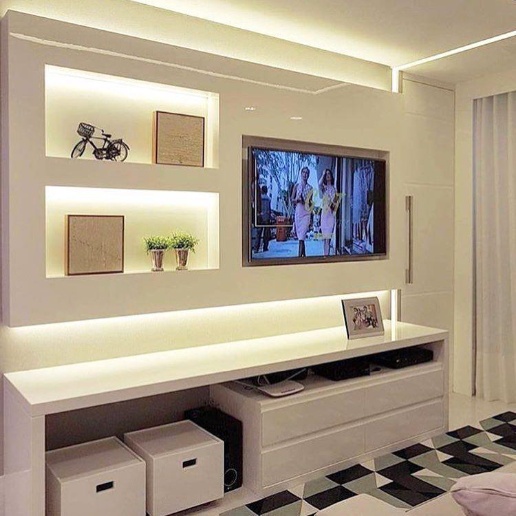 Sala pequena decorada com móvel planejado