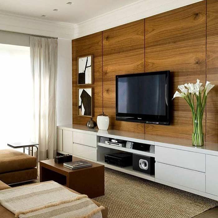 Sala com painel de madeira