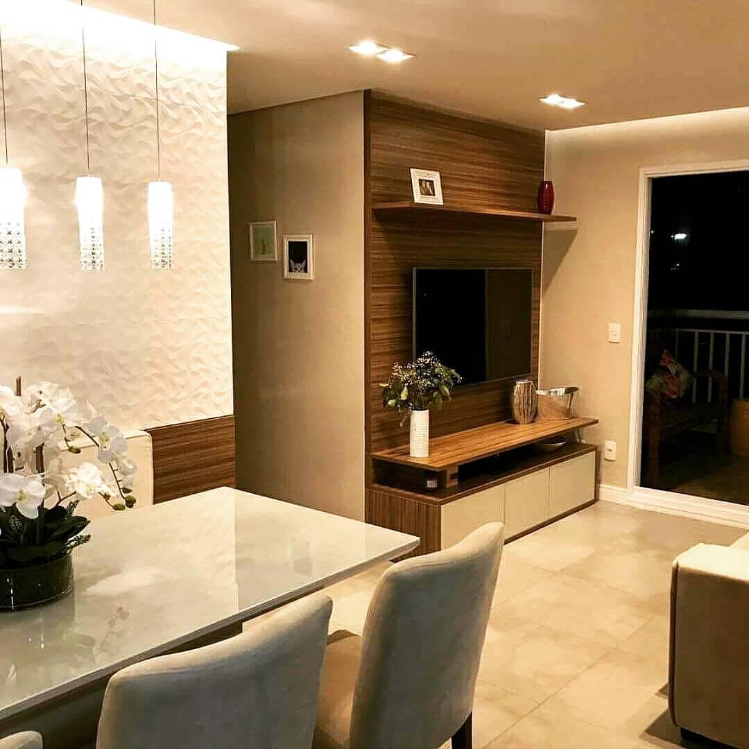 Sala pequena decorada com painel de madeira