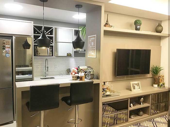 Sala pequena decorada integrada a cozinha