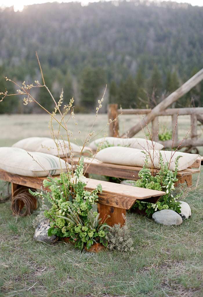 Bancos de madeira com almofadas