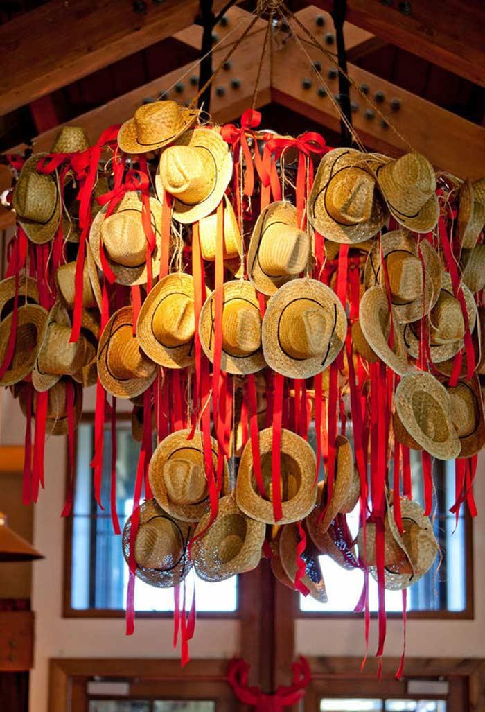 Decoração de teto com chapéus de palha