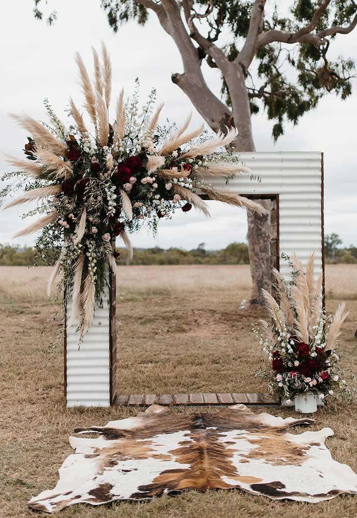 Altar no estilo portal com flores