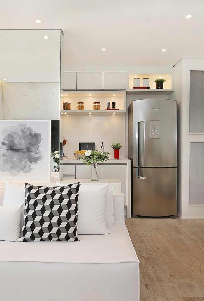 O piso vinílico contrasta com a decoração do apartamento