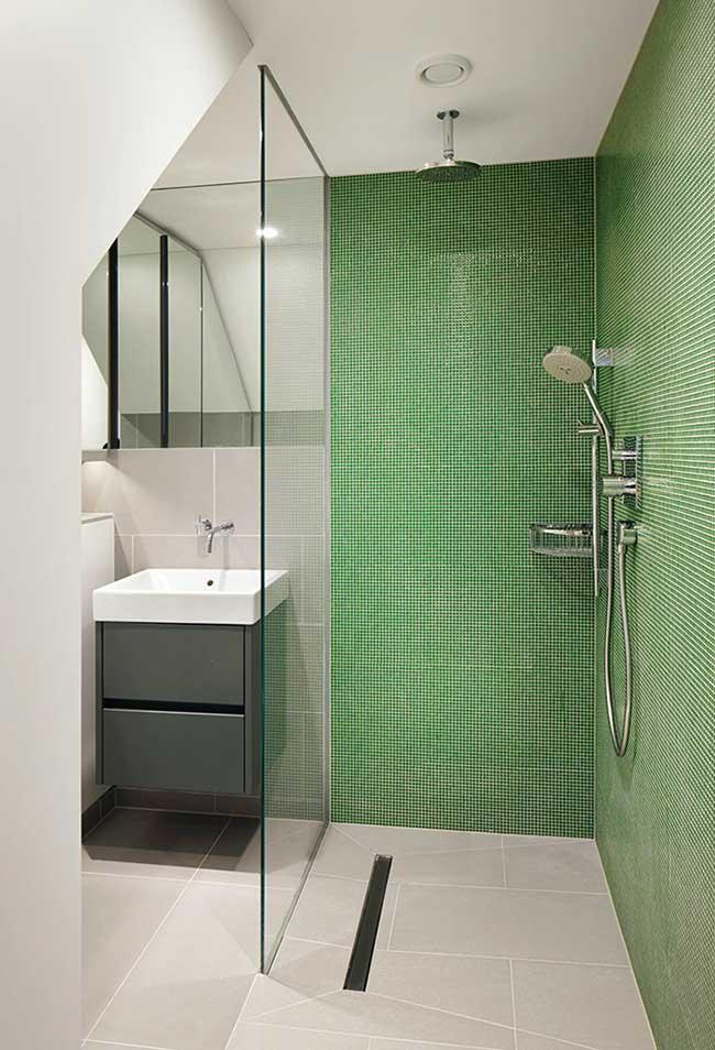 Banheiro branco e cinza