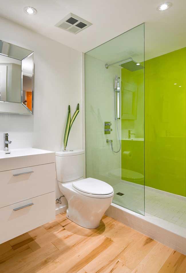 Escolha uma parede para aplicar a cor e dar destaque ao banheiro