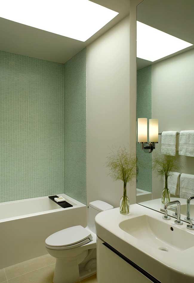 Banheiro branco e parede com revestimento verde