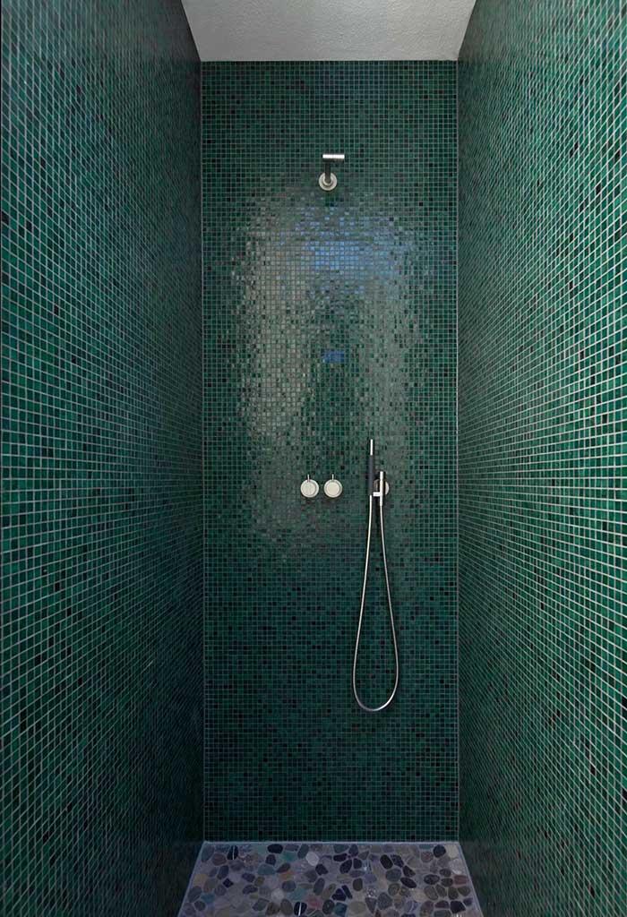 Área do chuveiro com pastilhas