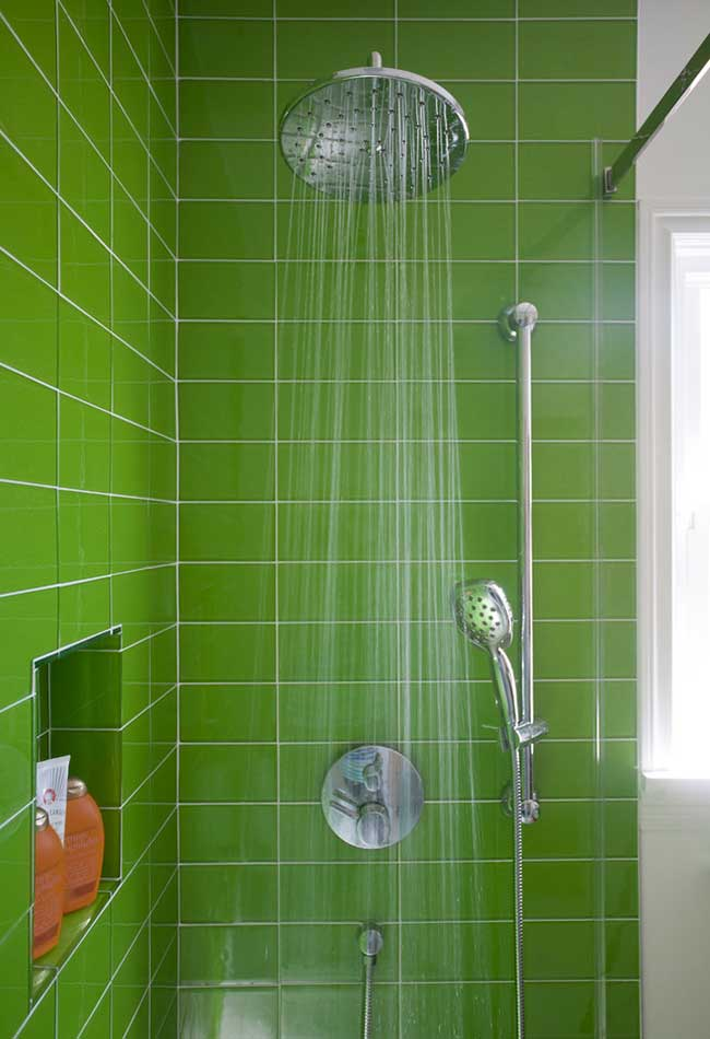 Parede verde grama com rejunte branco