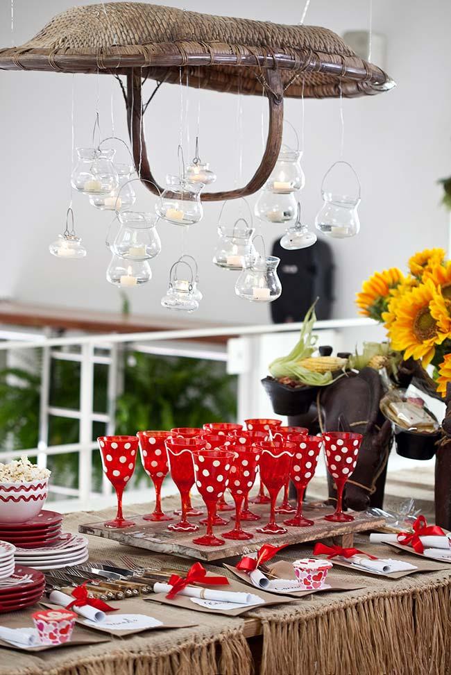 Lustre rústico com velas para festa junina