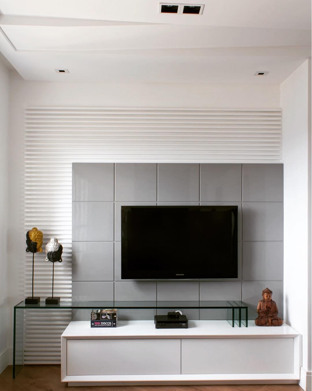 Sala de TV com painel moderno sóbrio