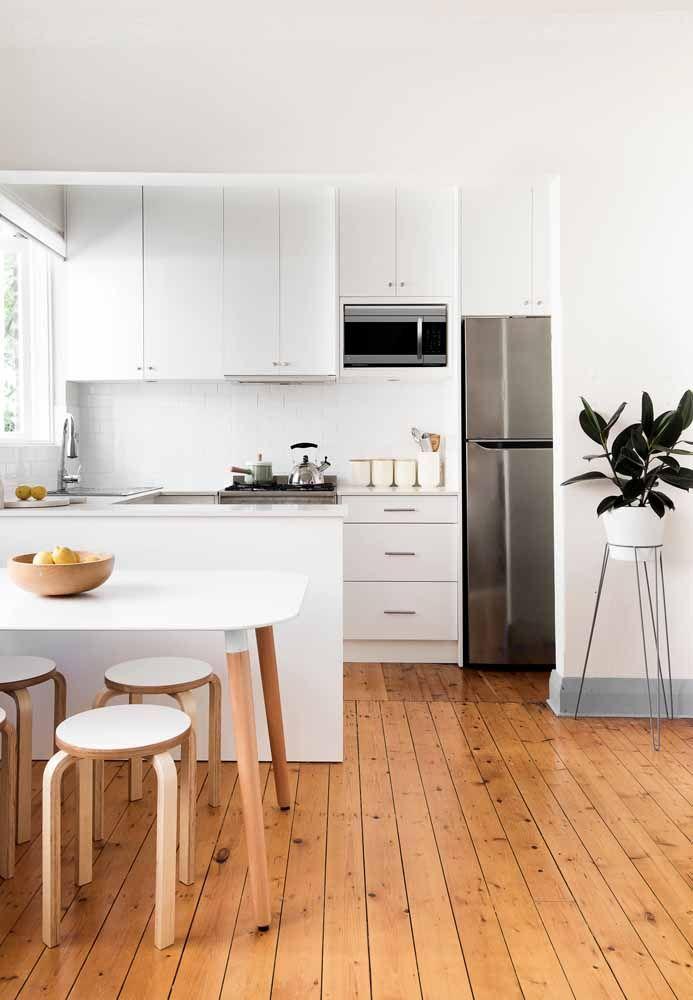 Combinação de madeira com móveis brancos