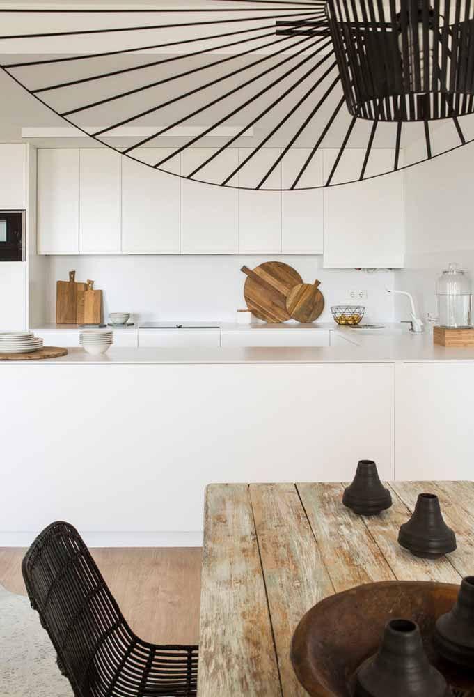 O buraco deu espaço a bancada e gavetas para essa cozinha