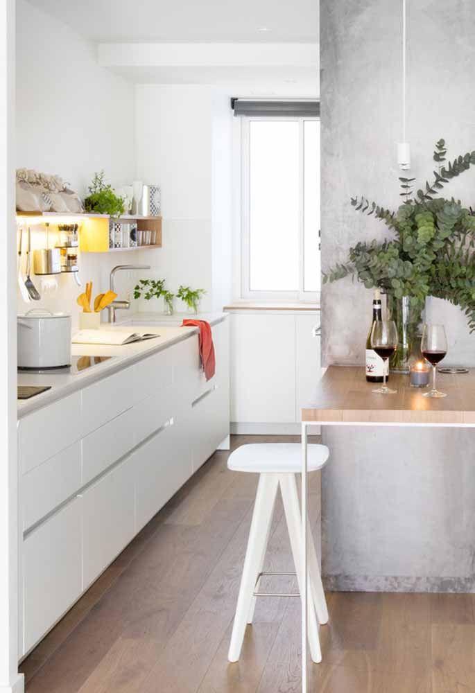 Uma parede feita de cimento queimado dá um toque todo especial a essa cozinha.