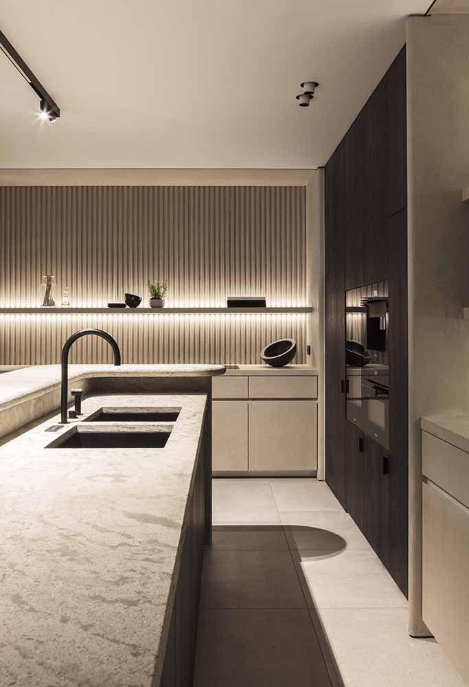 Cozinha moderna ampla e espaçosa com tonalidades neutras
