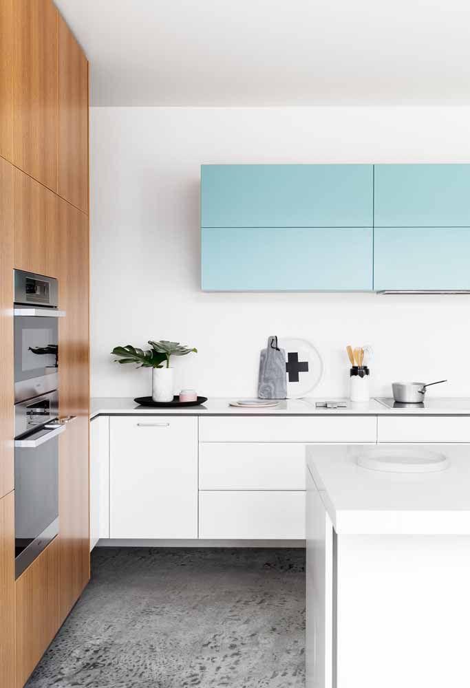 Cozinha moderna clean com ênfase da cor nos armários superiores