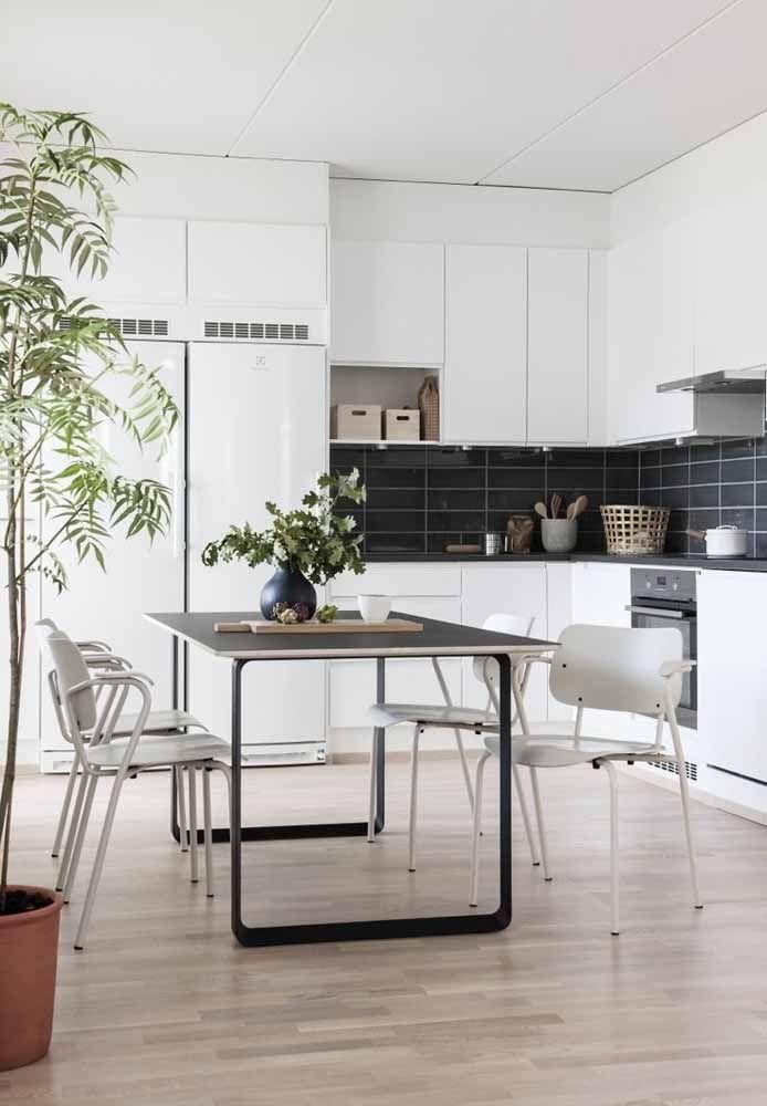 Cozinha branca com mesa de jantar