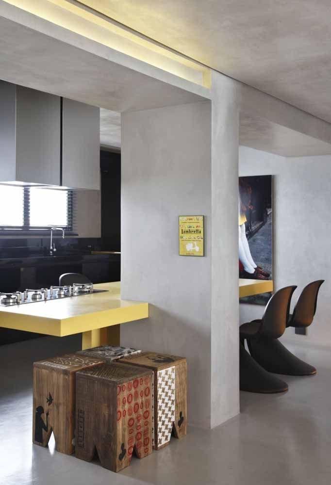 Cozinha com balcão central amarelo