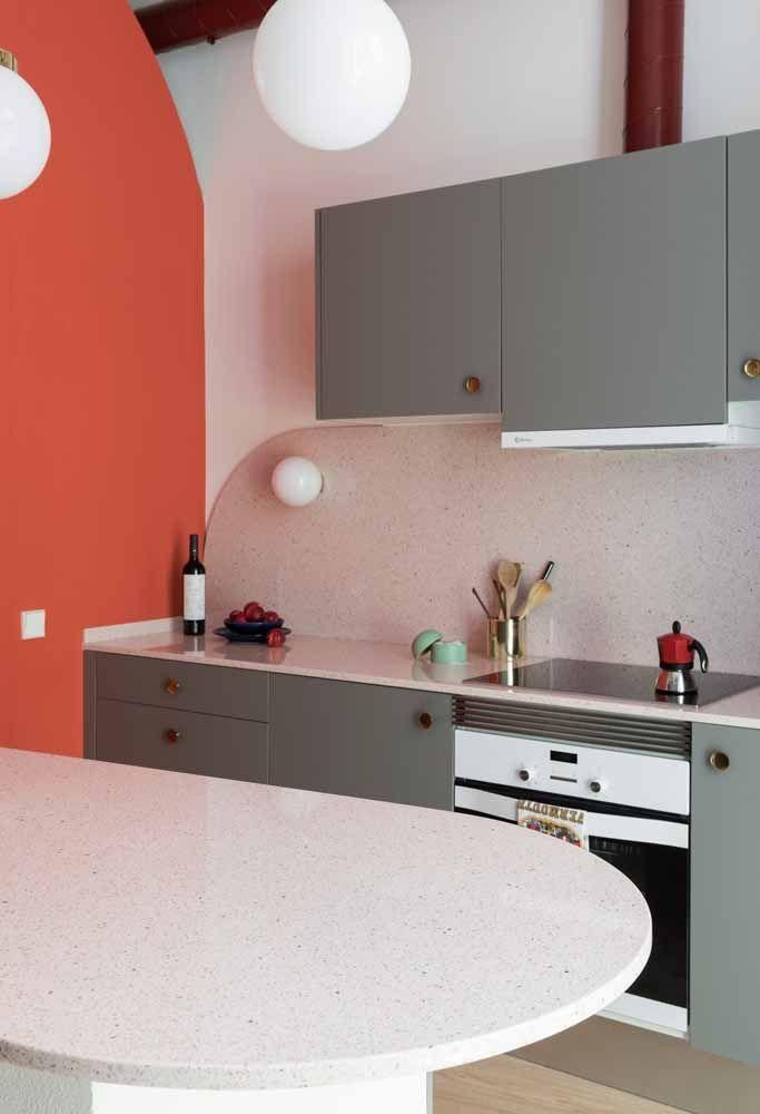 Cozinha com uma combinação de cores perfeita entre a parede e os móveis planejados