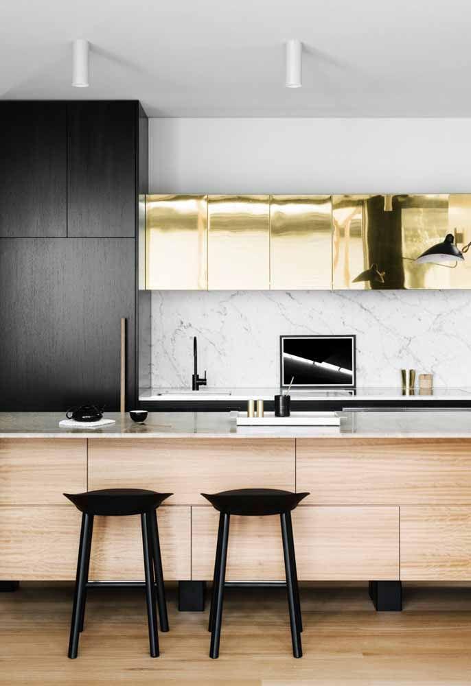 Dourado como forte presença em cozinha moderna