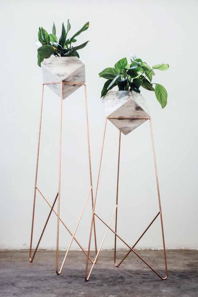 Vasos de pedras no suporte: dentro deles, lírios da paz