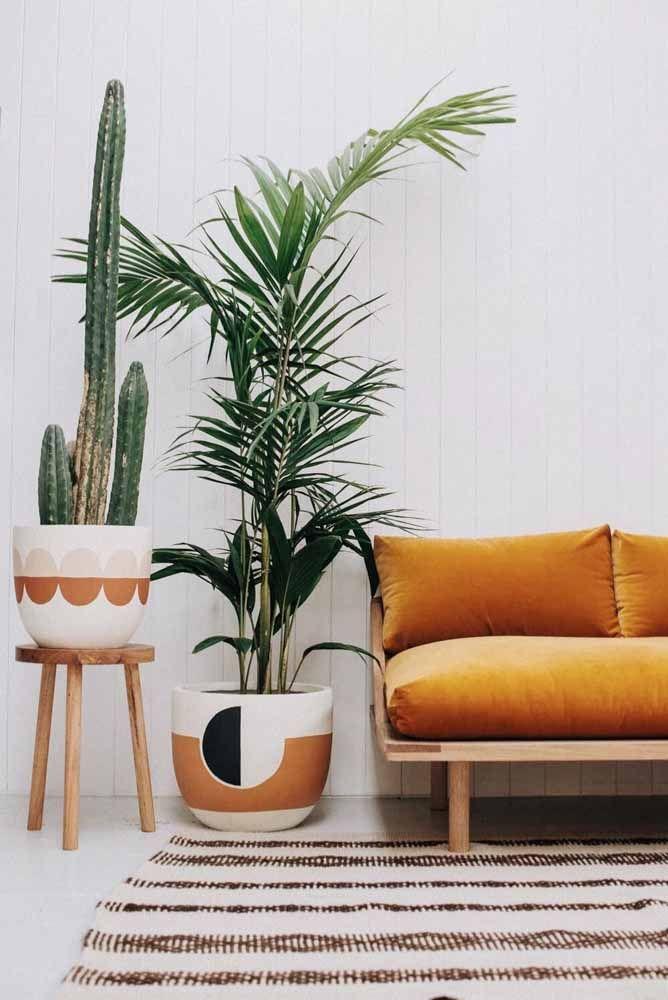 Vasos decorativos podem ganhar desenhos e texturas, como esses da imagem, que se apropriaram de uma temática tribal para exibir o cacto e a palmeira