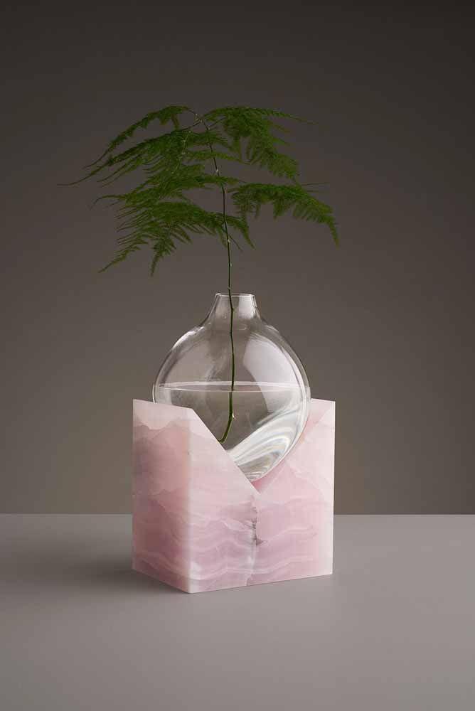 Um suporte de quartzo rosa para o vaso de vidro!