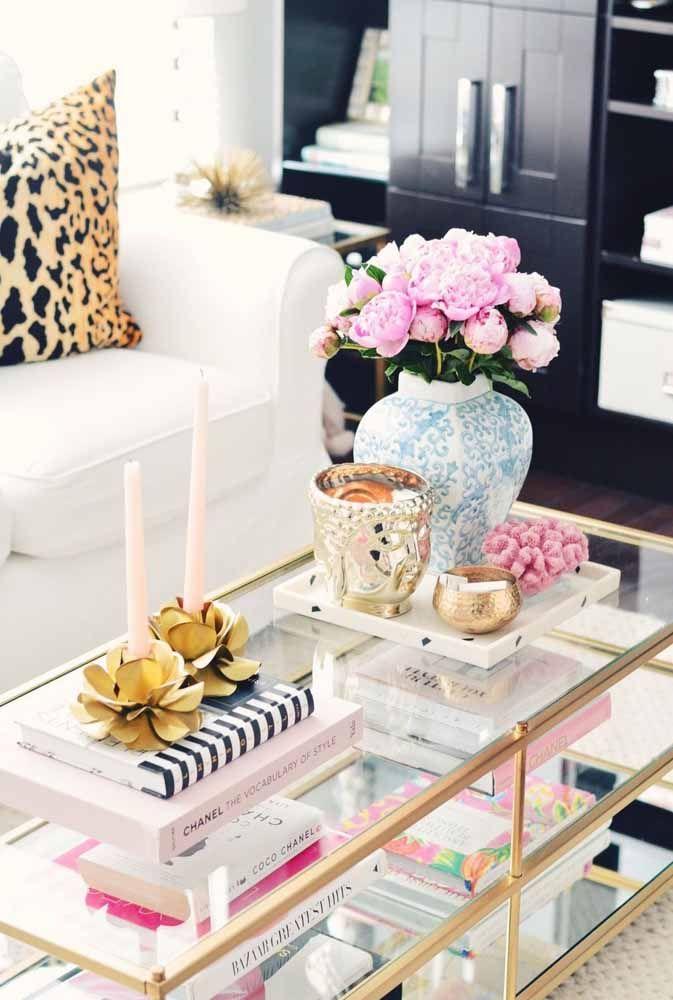 Uma opção de vaso decorativo clássico para a sala de estar; ao lado dele mais dois modelos de vasos, só que esses estão vazios