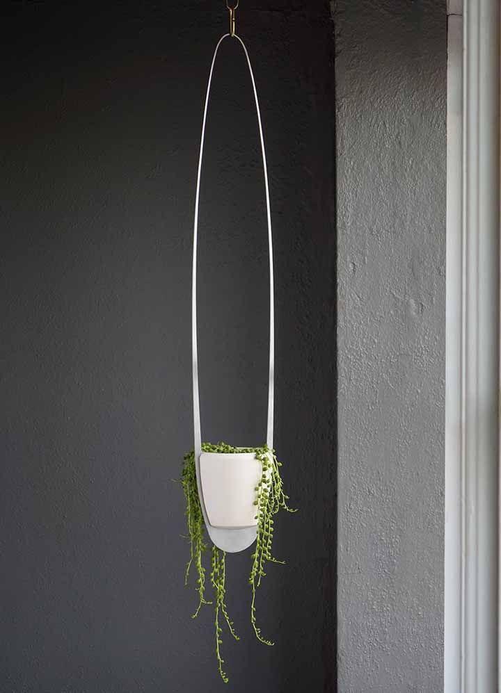 Um vaso suspenso cheio de design foi o escolhido para exibir esse exemplar de 'colar de pérolas'
