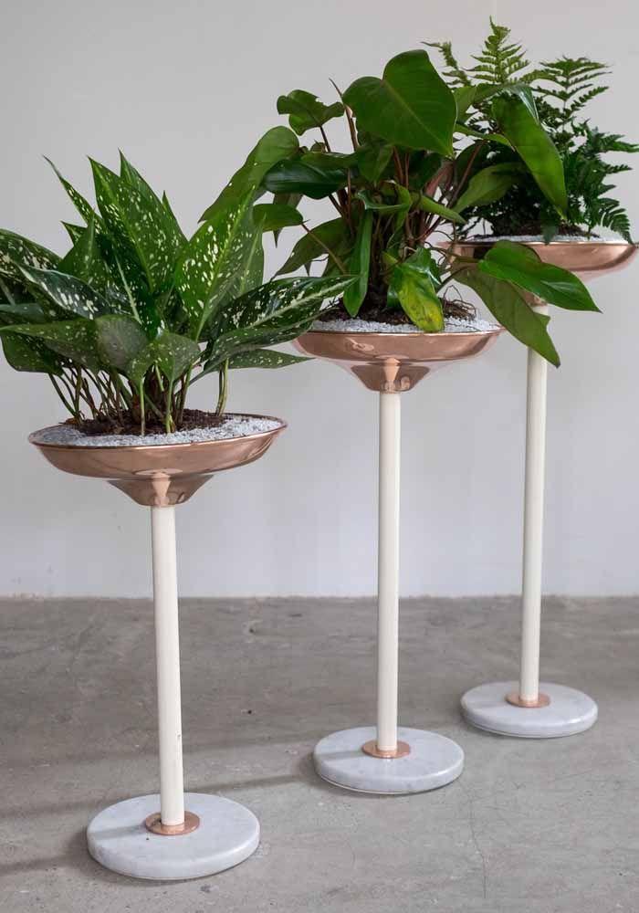 Vasos tipo pedestais trazem um mix entre o clássico e o moderno ao explorar o uso de materiais nobres como o mármore, mas sem abrir mão de um design moderno e da cor tendência, o rose gold