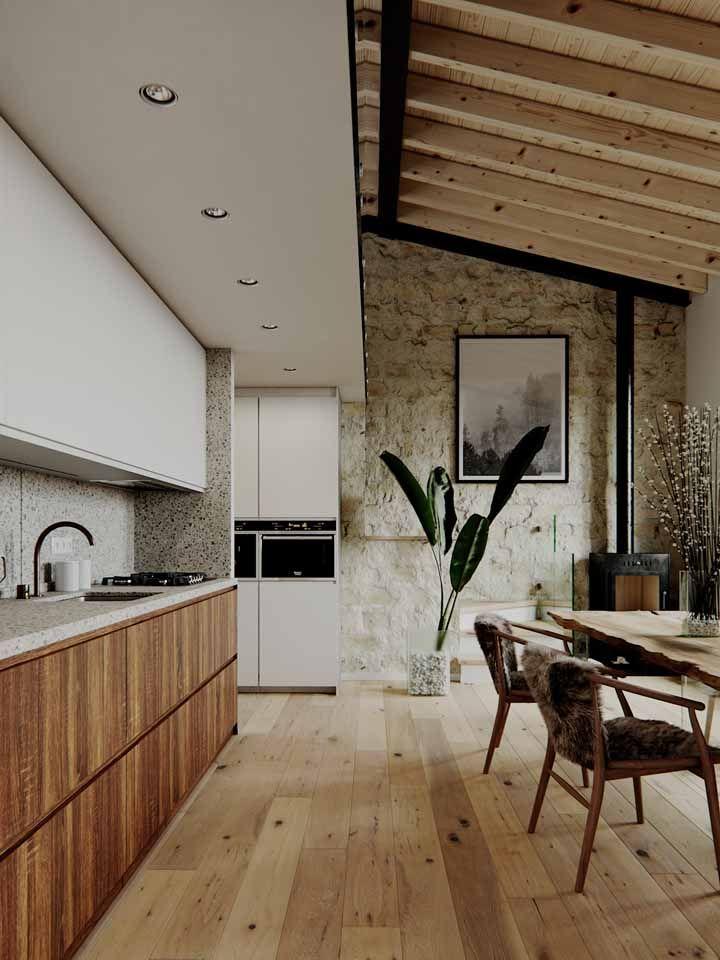 Para decorar a sala de jantar, a opção foi usar vasos de vidro decorados com pedras brancas